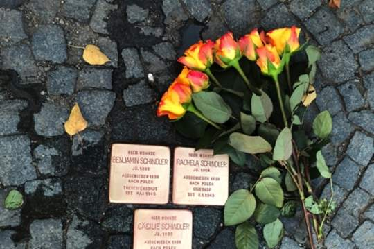 Stolpersteinputzaktion läuft gut